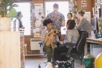 Gente creativa de negocios con perro en la oficina - foto de stock