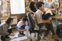 Творческие дизайнеры, работающие в офисе — стоковое фото