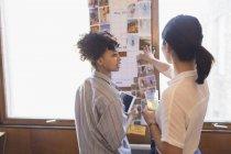 Designer creativi femminili che recensiscono le fotografie — Foto stock