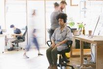Femme sereine, méditer avec un casque au bureau — Photo de stock
