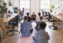 Creativi uomini d'affari che meditano in ufficio — Foto stock