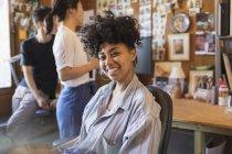 Ritratto sorridente, donna d'affari creativa fiduciosa in ufficio — Foto stock