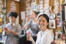 Retrato sorridente criativo empresária comer melancia no escritório — Fotografia de Stock