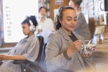 Творческая предпринимательница ест суп в офисе — стоковое фото