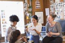Criativos designers femininos comendo sushi no escritório — Fotografia de Stock