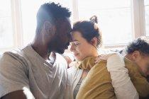 Zärtliches, liebevolles multiethnisches Paar mit Baby — Stockfoto