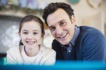 Retrato sonriente padre e hija - foto de stock