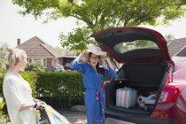 Грайливий лесбійську пару завантаження автомобіля в дорозі — стокове фото