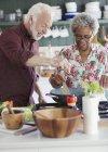 Активних старшим пара приготування їжі на кухні — стокове фото