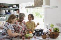 Mujeres mayores activas cocinando en la cocina - foto de stock