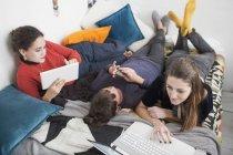 Junge Frauen College Student Mitbewohner studieren auf Bett — Stockfoto