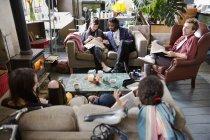 College Student Mitbewohner studiert und hängen in Wohnung-Wohnzimmer — Stockfoto