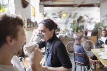 Друзья по комнате наслаждаются кофе на кухне — стоковое фото