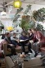 Jungen Erwachsenen Mitbewohner Freunde Buch in Wohnung-Wohnzimmer — Stockfoto