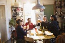 Glückliche junge Erwachsene Freunde feiern, Toasten, Cocktails in Küche — Stockfoto