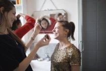 Молодые женщины друзей готовится, положить на макияж в ванной комнате — стоковое фото
