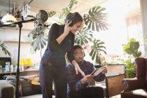 Junger Mann und Frau Musikaufnahmen in Wohnung — Stockfoto