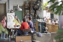 Молодий коледжу студента сусід друзів навчається в кухонному столі в квартирі — стокове фото