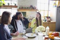 Amigos de colega de quarto de estudante jovens universitários estudando à mesa do café da manhã — Fotografia de Stock