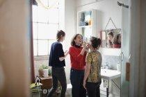 Молоді жінки друзі готується, нанесення макіяжу у ванній кімнаті — стокове фото