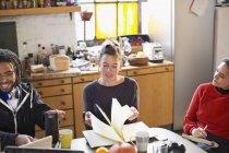 Jovens colegas aluno estudando na mesa de cozinha no apartamento — Fotografia de Stock