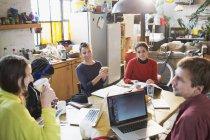 Молодые колледж студент друзья изучения кухонным столом в квартире — стоковое фото