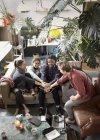 Jungen Erwachsenen Mitbewohner Freunde verbinden Hände im Huddle in Wohnung-Wohnzimmer — Stockfoto