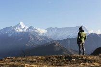 Viajera solista mirando a la majestuosa vista de la montaña, Jaikuni, Indio Himalaya Foothills - foto de stock