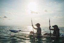 Femmes en canot de fond transparent sur océan ensoleillé, Maldives, océan Indien — Photo de stock