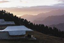 Yurte con vista si stagliano ai piedi di montagne, Jaikuni, indiano Himalaya — Foto stock