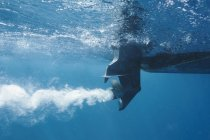 Vista parziale dell'elica della barca sott'acqua — Foto stock