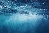 Солнце сияет над голубой океан, Фиджи, Тихий океан — стоковое фото