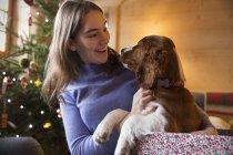 Adolescente menina cão de estimação na caixa de presente de Natal — Fotografia de Stock