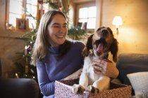 Щаслива Дівчинка-підліток з позіхаючи собака в Різдво Подарункова коробка — стокове фото