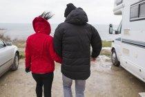 Пара прогулки за пределами Мотор Главная — стоковое фото
