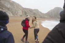Familie spaziert am verschneiten Winterstrand — Stockfoto