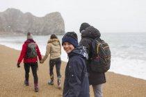 Портрет счастливым мальчиком, ходить на снежной зимы Бич с семьей — стоковое фото