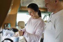 Casal fazendo o chá em repouso de motor — Fotografia de Stock