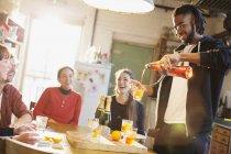 Junge Erwachsene Freunde machen Cocktails in Küche — Stockfoto