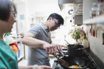 Пара, приготовление пищи на кухне плита — стоковое фото
