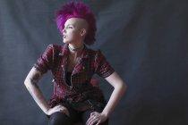 Joven retrato confidente, fresca con mohawk rosa - foto de stock