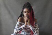 Портрет уверенной, прохладной молодой женщины с красными косичками — стоковое фото