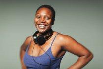 Ritratto donna sorridente e sicura di sé con cuffie — Foto stock