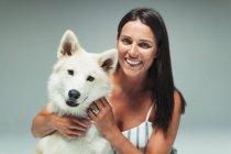 Портрет улыбающейся женщины с собакой — стоковое фото