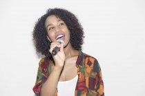 Donna con microfono che canta — Foto stock
