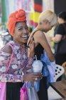 Портрет щасливі, безтурботні молоду жінку в хустку питної льстец — стокове фото