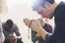 Preghiera con il Rosario in gruppo di preghiera dell'uomo sereno — Foto stock