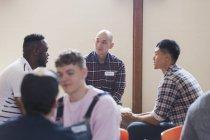 Homens falando em terapia de grupo — Fotografia de Stock