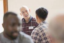 Männer reden in Gruppentherapie — Stockfoto