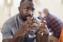 Людина говорити, жестикулюючи руками — стокове фото
